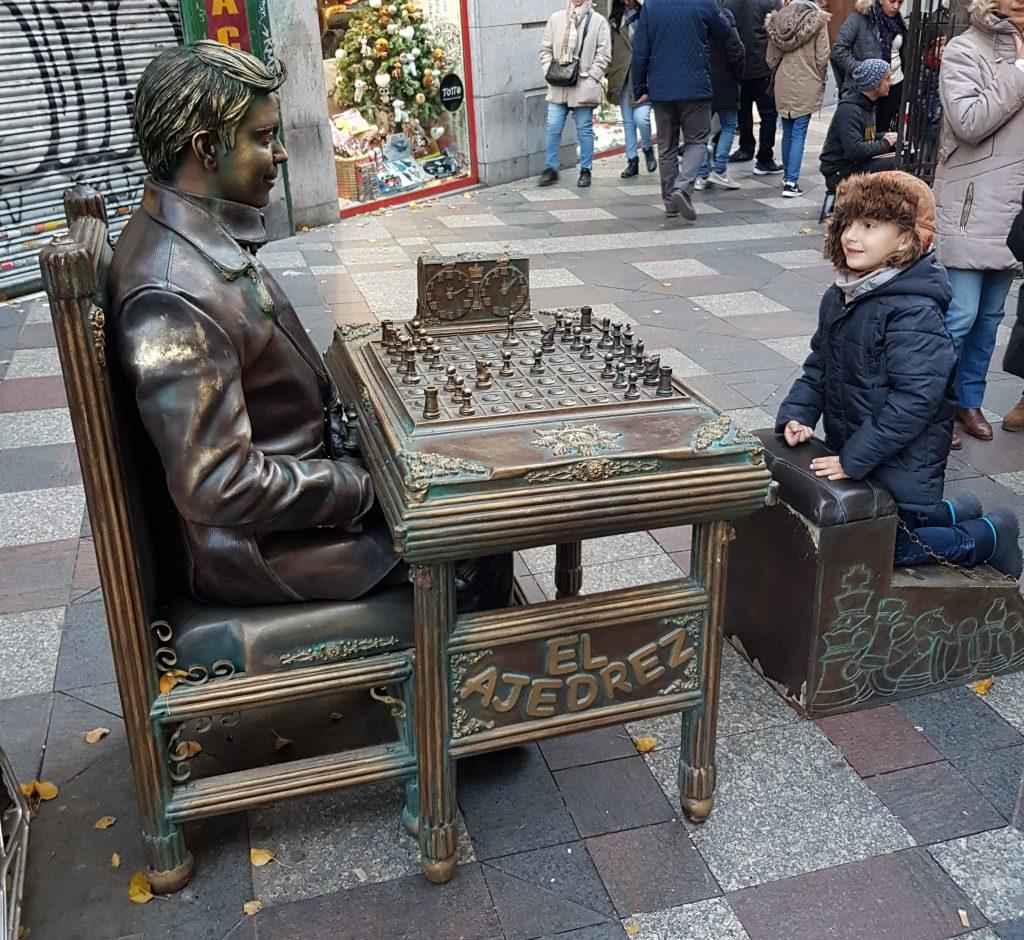 bambini che giocano a scacchi