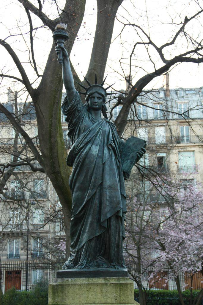 parigi statua della libertà